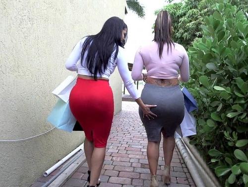 Imagem Jujuzinha Gostosa abaixando a saia em publico