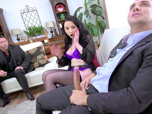 Imagem Mulheres transando Vadia chupando a rola de outro e marido olhando tudo